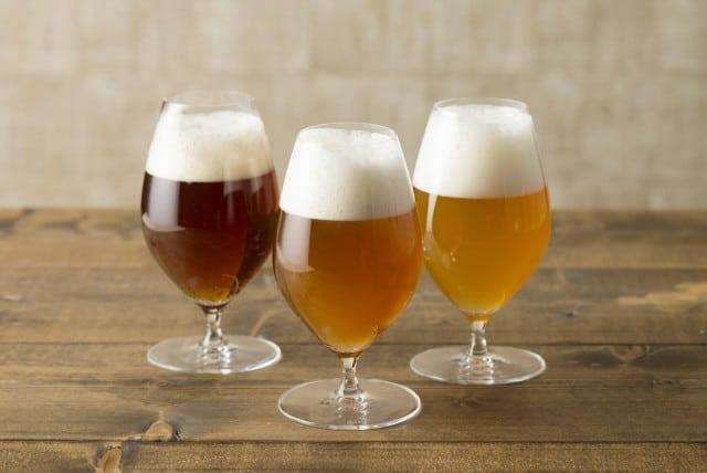 ビールの入ったグラス3つ