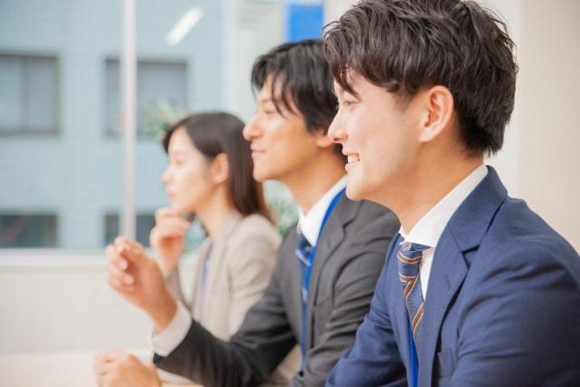 ビジネスシーン(男女3人が横並びになっている)