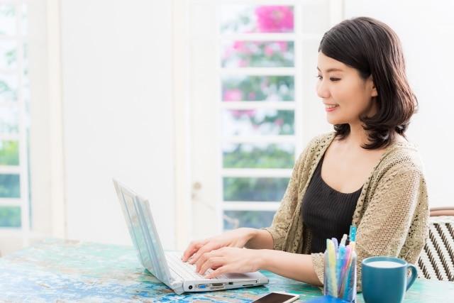 女性がパソコンを使っている様子