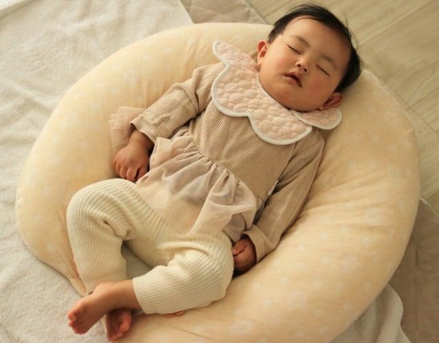 足をクロスして寝る赤ちゃん