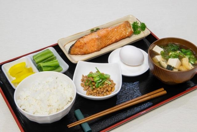 朝食(ごはん、納豆、卵、しゃけ、お味噌汁)