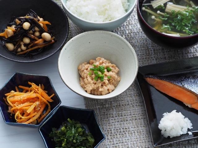 食事(納豆中心に、ごはん、お味噌汁、ひじき、菜っ葉、人参)