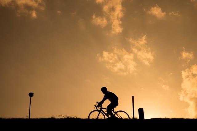 夕暮れ時、自転車に乗る