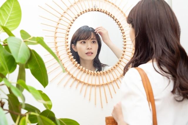 前髪を気にする女性