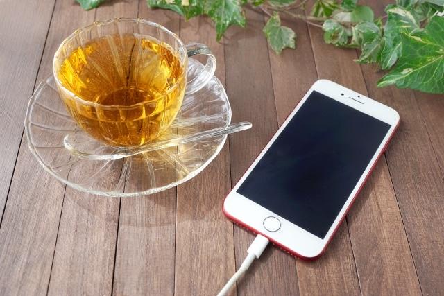 充電中のスマホとお茶