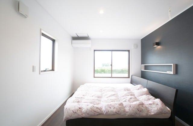 羽毛布団のベッドがある部屋